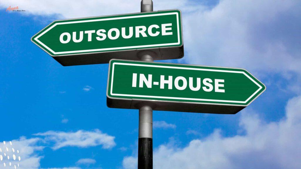 Blogbanner Inhouse oder Outsourcing